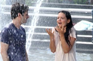 Экс-супруга Тома Круза искупалась в фонтане с мужчиной (фото)