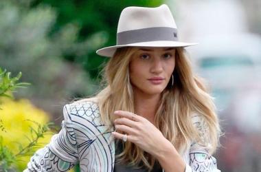 Модный конфуз: Рози Ханингтон-Уайтли оголила грудь (фото)