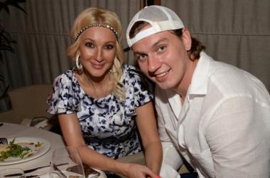 Невеста Лера Кудрявцева вывела в свет юного жениха (фото)