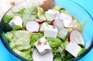 Рецепт дня: салат с зеленью и брынзой