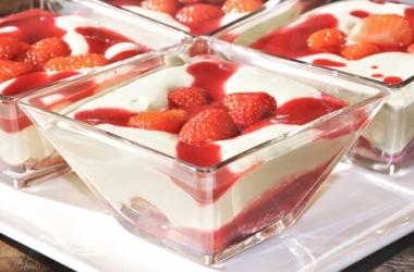 Как охладиться в жару: 4 лучших прохладных десерта из клубники