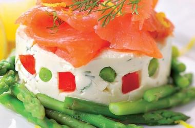 Просто и вкусно: закуска из творога с лососем и спаржей