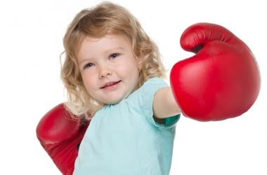 Если ребенок бьет родителей: советы психолога