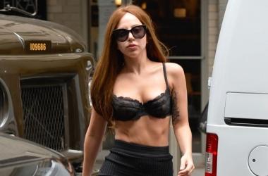 Модный эпатаж: Леди Гага гуляла по Нью-Йорку в нижнем белье (фото)