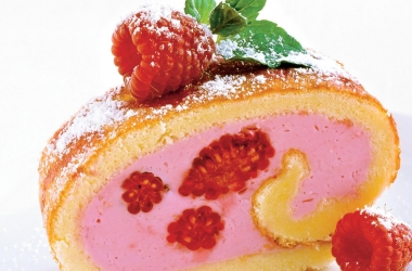 Летний десерт: малиновый рулет