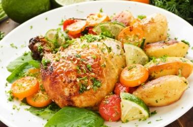 Рецепт дня: окорочка с картофелем и фруктами