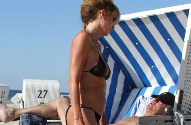 Ален Делон отдыхал с любимой на нудистском пляже (фото)