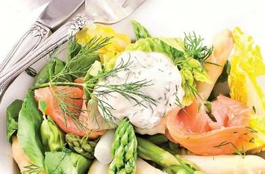 Салат из спаржи с семгой и перцем: рецепт дня
