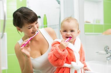 Как выбрать для ребенка первую зубную щетку