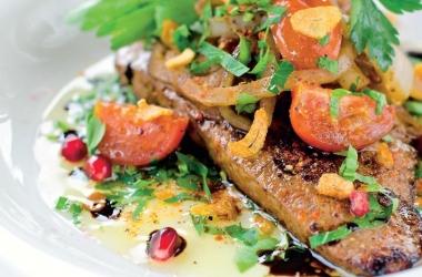 Печень с луком и помидорами черри: вкусный ужин