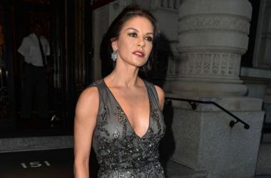 Стиль звезды: похорошевшая Кэтрин Зета-Джонс в эротичном платье (фото)