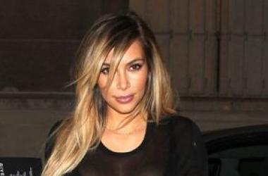 Модная катастрофа: Ким Кардашьян пришла в рваном платье в ресторан (фото)