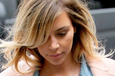 Стиль от звезды: Ким Кардашян в стильном джинсовом наряде (фото)