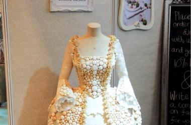 Свадебное платье из пирожных создали в Британии (фото)