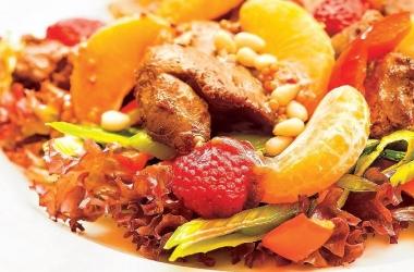Пикантный салат с мандаринами: легкий ужин