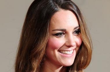 Кейт Миддлтон вышла в свет в королевской семейной реликвии (фото)