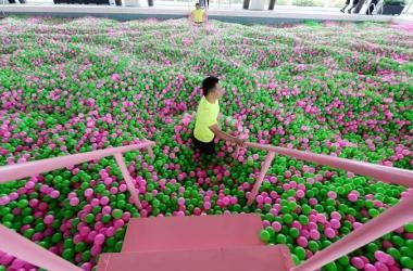 В Шанхае открыли самый большой в мире бассейн с мячиками (фото)