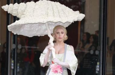 Леди Гага стала устрицей и зацеловала фанатку (фото)
