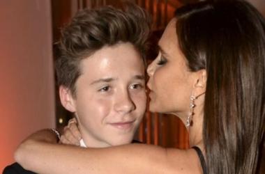 Виктория Бекхэм зацеловала сына-подростка на красной дорожке (фото)