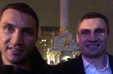 Владимир и Виталий Кличко решили рассмешить народ, переодевшись в Дедов Морозов