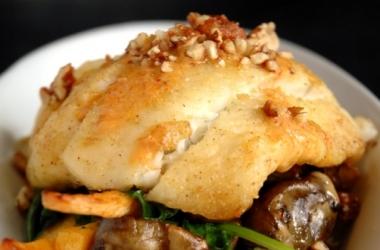 Постный рецепт: камбала с кедровыми орешками