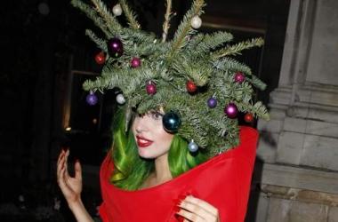 Звездный конфуз: Леди Гага стала елкой и разула фотографа (фото)