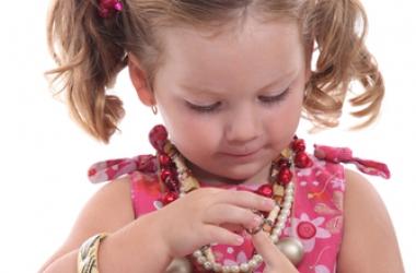 Когда девочке можно прокалывать уши: мнение косметолога