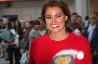 Новогодний лук от звезд: знаменитости в рождественских свитерах (фото)