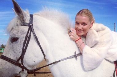 Анастасия Волочкова оседлала коня ради шпагата (фото)