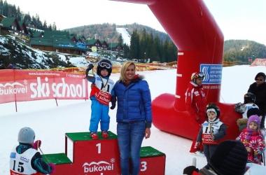 Яна Клочкова поставила на лыжи трехлетних малышей (фото)