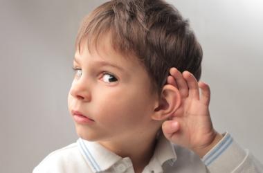 Названы причины снижения слуха у ребенка