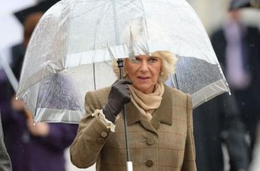 Модный провал: жена принца Чарльза опозорилась с зонтом