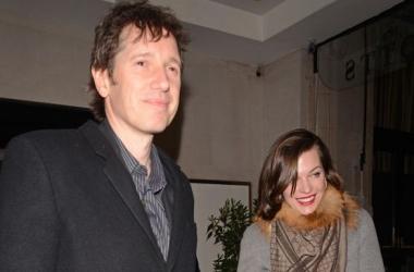 Стильная семейка: Милла Йовович отвела дочь в ресторан (фото)