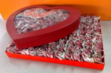 Мужчина создал 999 драгоценных роз, чтобы ублажить тещу (фото)
