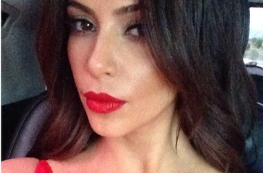 Кардашян показала лицо без макияжа и невероятно пышные бедра (фото)