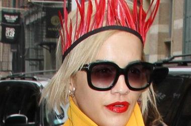 Модная фишка: Рита Ора в короне и пальто Prada (фото)