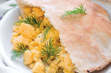 Быстрый и сытный завтрак: пита с омлетом. Рецепт