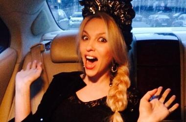Полякова променяла кокошник на железо: певица показала наряд в стиле стимпанк на премии RU.TV