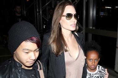 Анджелина Джоли засветила странное декольте (фото)