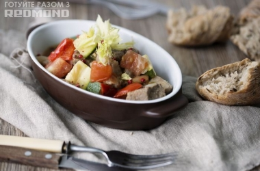 Готовим вместе с Redmond   <br /> Cвинина с овощами. Рецепт