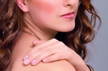 Как носить светлый лак для ногтей