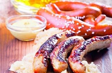 Домашняя закуска к пиву: приготовь немецкие жареные колбаски