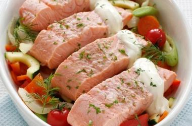 Норвежская семга с овощами, запеченная в духовке