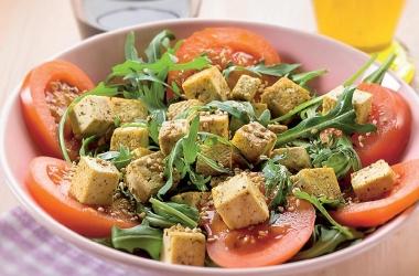 Полезный весенний салатик: с рукколой, томатами и тофу. Рецепт (фото)