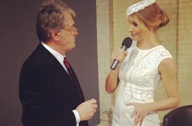 Катя Осадчая примеряет политически скандальную шляпку (фото)