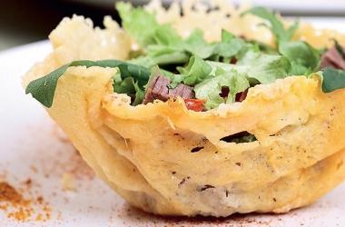 Как подать салат или закуску: оригинальные корзинки из сыра. Рецепт (фото)