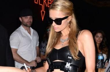 Модный провал: Пэрис Хилтон в несуразном эротичном наряде (фото)