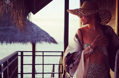Ксения Собчак показала невероятную гибкость в бикини (фото)