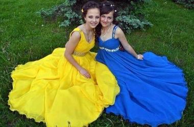 Выпускницы Одессы пришли на бал в желто-голубых платьях (фото)