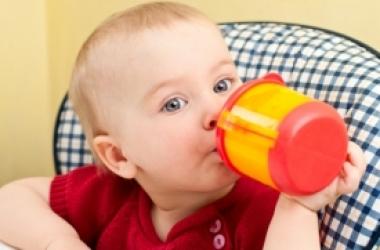 Почему детям запрещено пить соки и смузи